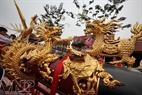Bốn con vật linh Long, Ly, Quy, Phượng bằng gỗ do chính nghệ nhân của làng đục chạm tinh xảo gắn trên quả pháo.