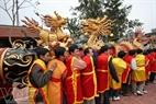 Trai làng cùng chung sức rước pháo vào hội.
