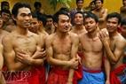 Các trai làng khỏe mạnh được chọn ra để rước ông Đám.