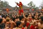 Các ông Đám – người sẽ được chọn năm sau làm chủ đám rước đang được tung trên tay của những trai làng.