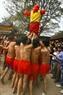 Việc tung chọn ông Đám của các trai làng đòi hỏi sự khéo léo, khỏe mạnh và tính tập thể cao.