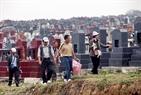 Người dân đi tảo mộ vào dịp Thanh Minh.