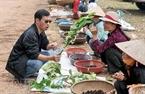 Người dân quanh khu vực nghĩa trang tranh thủ kiếm thêm bằng cách bày bán những thứ sản vật của địa phương.