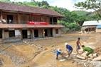 Uỷ ban Nhân dân xã Yên Tĩnh ngập trong bùn đất.