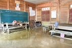 Nhiều trường học vẫn chìm trong bùn đất.