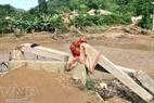 Một cây cầu treo của xã bị nước cuốn trôi.