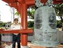 Đại diện Bộ Tư lệnh Vùng 4 Hải quân thỉnh hồi chuông kết nối đất liền với hải đảo tại Nhà tưởng niệm Chủ tịch Hồ Chí Minh trên đảo Trường Sa lớn.