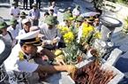Thắp một nén hương tưởng nhớ tới những liệt sĩ đã hi sinh trên Đảo Trường Sa lớn để bảo vệ Tổ quốc.