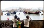 Những đứa trẻ của xã đảo Nghi Sơn háo hức khi các đoàn thuyền cặp bờ.