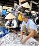 Cá được chế biến ngay tại chợ theo yêu cầu.