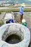 Nước biển được lấy ra từ bể lọc.