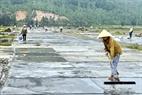 Ruộng muối được làm vệ sinh để chuẩn bị cho ngày hôm sau.