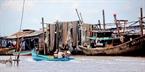 Phơi lưới sau những chuyến đi biển ở dọc dòng sông Cửa Lớn.