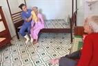 Nhân viên tại trung tâm tận tình chăm sóc các cụ, từ rửa mặt buổi sáng…