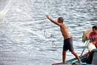Ngư dân đánh cá trên sông.