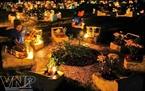 Thắp nến tưởng niệm ở mộ các liệt sĩ.
