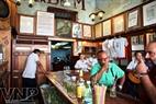 Quán rượu nhỏ Bodegita del Medio trong khu phố cổ, nơi đại văn hào Hemingway sinh thời thường lui tới.