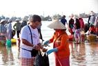 Tourists to Mui Ne like to buy seafood at the wharf.