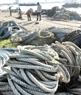 Dây để làm là loại dây gai thường được dùng buộc kiện hàng container ở cảng Đà Nẵng. Khi container xuất cảng, ngư dân chỉ việc đến xin hoặc mua với giá rẻ rồi bắt đầu chế biến.