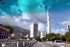 Caracas es poética y está llena de la luz del sol y nubes blancas.