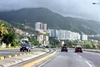 La carretera suburbana, junto a la playa, conduce al aeropuerto internacional de Maiquetía Simón Bolívar.