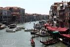 ຢູ່ເທິງແມ່ນ້ຳ Grand Canal-ຄອງນ້ຳໃຫຍ່ຂອງເວີເນຍ, ເຕັມໄປດ້ວຍເຮືອຈັກ ແລະ ກອນໂດລາ.