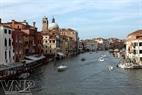 Grand Canal-ຄອງນ້ຳໃຫຍ່ (ຫຼືເອີ້ນວ່າຖະໜົນນ້ຳ) ຈະພານັກທ່ອງທ່ຽວໄປທົ່ວເວີເນຍ.