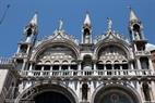 ໂບດ Basilica di San Marco, ບົດປະພັນອັນລ້ຳເລີດໃນດ້ານສະຖາປະນິກດ້ວຍເສົາຫີນອ່ອນ 2.600 ເສົາ, ຫຼັງຄາເຮືອນທີ່ໄດ້ປູດິນຂໍມີອາຍຸກວ່າ 500 ປີ.