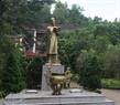 """Tượng đài """"Vạn thế sư biểu"""" Chu Văn An ở Gia Nghĩa."""