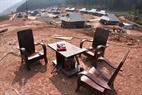 Những đồ đạc ở bản cũ như giường tủ, bàn ghế còn tốt cũng được người dân tận dụng đưa về bản mới.