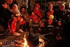 Nhiều đêm lạnh, các gia đình tập trung cùng nhau sưởi ấm để tiết kiệm củi.