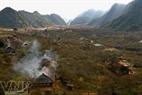 Làn khói ấm tỏa ra từ các bếp lửa như giúp xua tan đi cái giá lạnh đang bao phủ khắp các bản làng vùng cao.