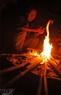 Bếp lửa sưởi ấm người già những ngày đông tháng rét.