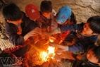 """Bếp lửa là """"sân chơi"""" của lũ trẻ nhỏ trong những ngày giá lạnh."""