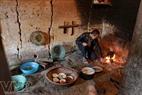 Trong ngôi nhà trình tường của người Hà Nhì, bếp luôn đỏ lửa để chống ẩm mốc vào mùa đông.