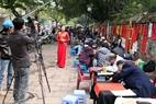 """Một nữ phóng viên người Hà Nội đi tìm cảm xúc cho thiên phóng sự đầu xuân trên """"phố ông đồ""""."""