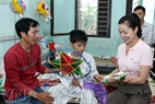 Singer Ngoc Anh visits and presents gifts to a patient. Photo:Cong Dat.