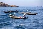 海で魚を釣る漁民。