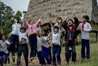 Lũ trẻ vui sướng hò reo nhảy múa.