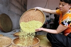 Completing a batch of green rice flakes. Photo: Cong Dat