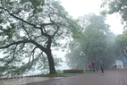 The road around Hoan Kiem Lake is covered in mist. Photo: Cong Dat