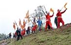 Trai tráng trong làng đóng vai quân lính kéo nhau chạy 3 vòng quanh đền trước khi đi cướp phết.