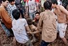Những cú va chạm nảy lửa khiến không ít chàng trai gục ngã phải nhờ đến sự giúp đỡ của đồng đội.