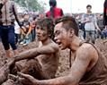 Nhiều người mệt phờ, mình mẩy lấm lem bùn đất.