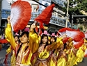 Thiếu nữ Hoa lộng lẫy trong trang phục tiên nữ diễu hành trên đường phố. Ảnh: Thế Anh