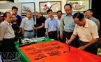 Viết thư pháp, một nét văn hóa đặc sắc trong đêm hội Nguyên Tiêu. Ảnh: Nguyễn Luân