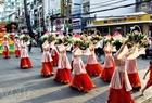 """Các """"tiên nữ"""" và những quả đào tiên diễu hành trên đường phố. Ảnh: Thế Anh"""