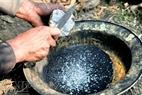 Trộn bột đá và bột than gỗ sồi để quét bề mặt khuôn đúc.