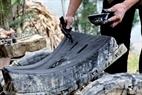 Dùng bút lông đuôi ngựa quét một lớp hỗn hợp gồm bột than gỗ sồi và bột đá để tạo độ mịn cho khuôn đúc.
