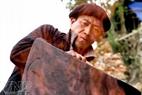 Nghề đúc lưỡi cày trên đá được người Mông truyền từ đời nọ sang đời kia.